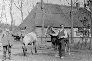Boerderij de Harst (op Gorp). Paulus van 't Hof (rechts), pachter en W.J. Hubert van Beusekom (eigenaar).