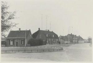De Vurhaai, hoek Nieuwkerksedijk (links) en Rielsedijk/Wittendijk (recht vooruit), kort voor de afbraak in de jaren '60. Let op: verharde straten, electrische straatverlichting, tv-antennes.
