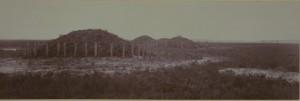 de gerestaureerde grafheuvels in 1935 (gezien vanuit het noorden); de tweede van links is de ringwalheuvel