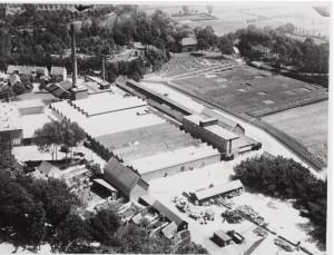In de achtergrond het gebouw van de watermolen rond 1920. De watertoevoer is reeds gedempt.
