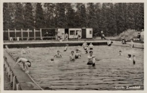ansichtkaart van het zwembad uit 1955 (RAT, foto 045491)